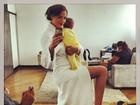 Fernanda Tavares posta foto com caçula durante bastidor de ensaio