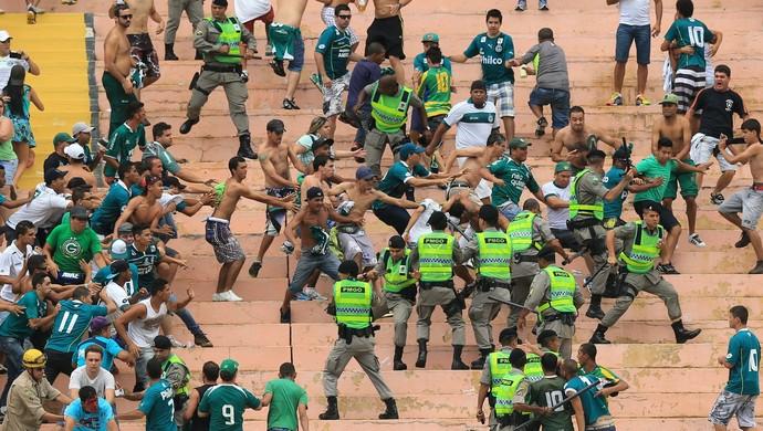 Vila Nova x Goiás - confusão e briga no Serra Dourada (Foto: Wildes Barbosa/O Popular)