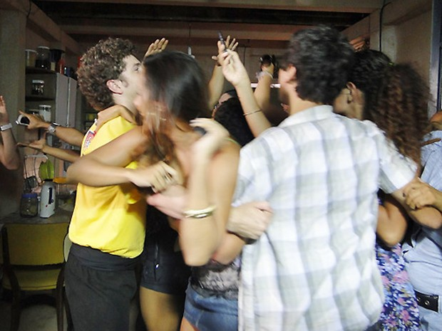 """Mulherada invade a casa de Diego e Jeffinho atrás do astro de """"Revanche"""" (Foto: TV Globo)"""