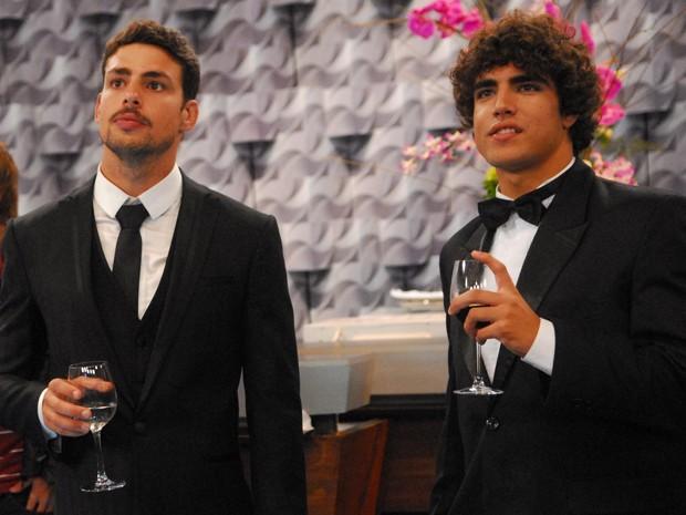Cauã Reymond e Caio Castro curtem os bastidores do Melhores do Ano de 2009 (Foto: João Miguel Júnior /  TV Globo)