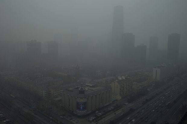 É quase impossível observar prédios de uma das regiões de Pequim, na China, devido à poluição (Foto: Ng Han Guan/AP)