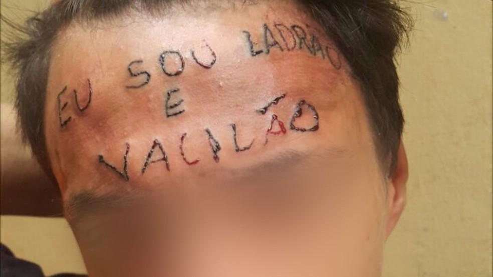 Garoto teve a testa tatuada no início do mês  (Foto: Reprodução)