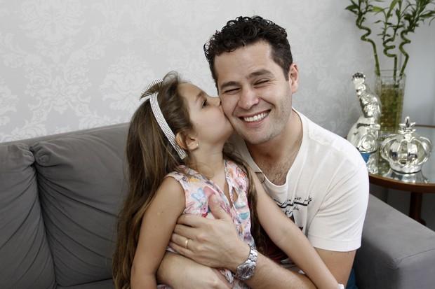 Pedro Leonardo recebe o carinho da filha (Foto: Celso Tavares/EGO)