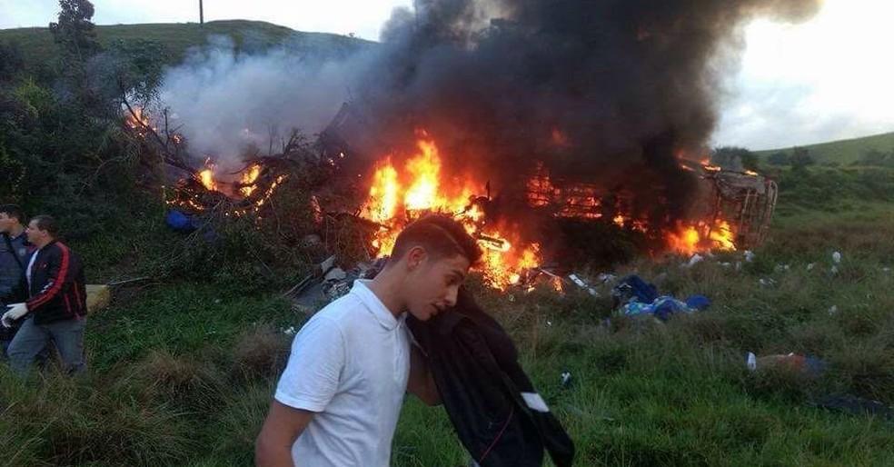 Ônibus pegou fogo após acidente em Guarapari; houve mortos e feridos (Foto: Internauta/ Gazeta Online)