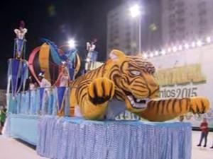 Carros alegóricos marcaram desfiles do Grupo de Acesso do carnaval santista (Foto: Reprodução/TV Tribuna)