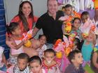 Com orelhinhas de coelhinho, Maria Melilo distribui ovos da Páscoa