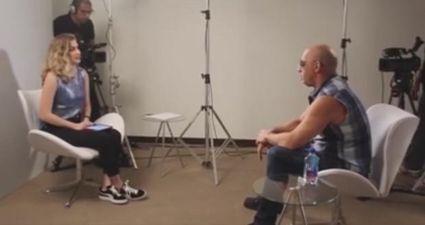 Carol Moreira entrevista Vin Diesel (Foto: Reprodução/Facebook)