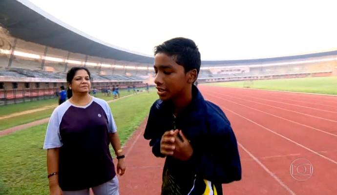 Budhia Singh, junto com sua  treinadora Rupanita Panda na academia estatal (Foto: Reprodução TV Globo)
