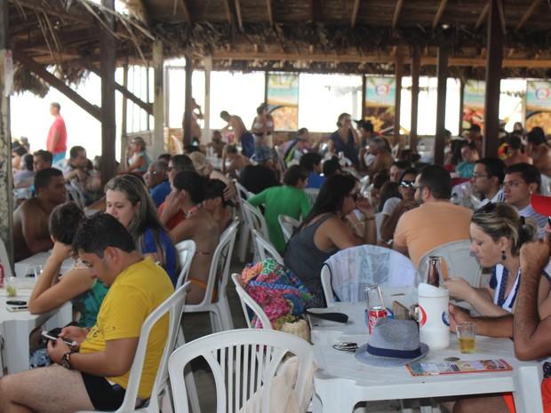 Bares da Praia de Atalaia ficaram lotadas nesta terça-feira de carnaval (Foto: Ellyo Teixeira/G1)