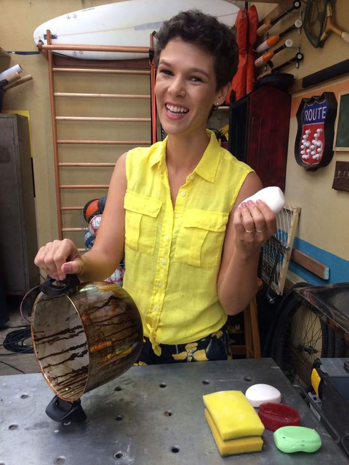 Rolou! Gabi Freitas mostrou que é possível limpar panela com sabonete branco (Foto: Paula Oliveira / Gshow)