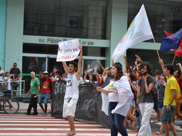Manifestantes caminham no Centro de Vitória, no Espírito Santo (Foto: Viviane Machado/ G1)