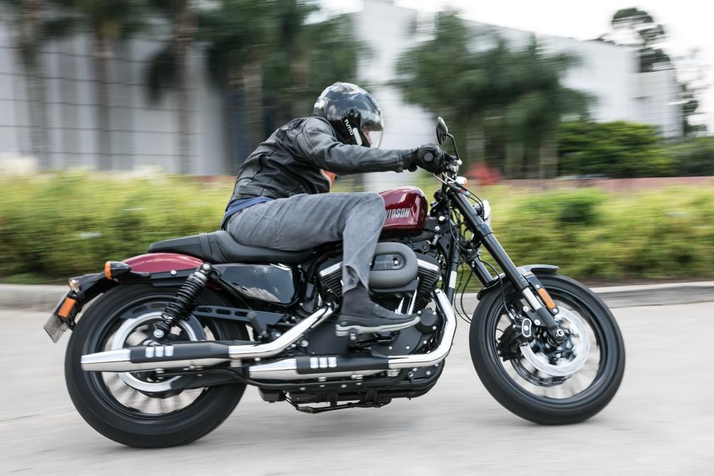 Posicionamento na Harley-Davidson Roadster 1200 faz a pernas ficarem flexionadas (Foto: Fábio Tito ? G1)