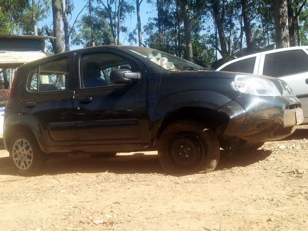 Condutor perdeu controle do veículo e bateu em barranco em Piracicaba (Foto: Fernanda Zanetti/G1)
