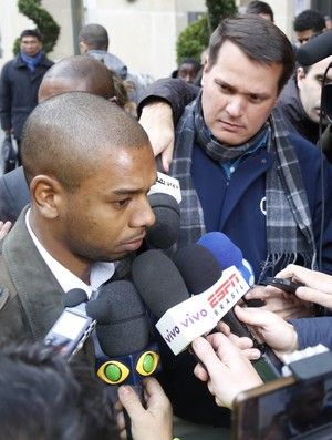 Volante Fernandinho se apresenta à Seleção em Paris (Foto: Bruno Domingos / Mowa Sports)