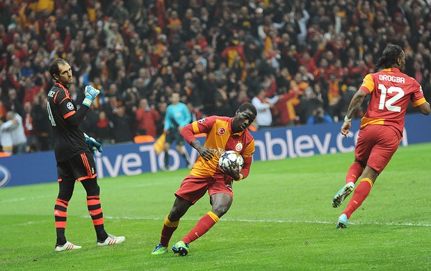 Emmanuel Eboue gol Galatasaray Real Madrid (Foto: AFP)