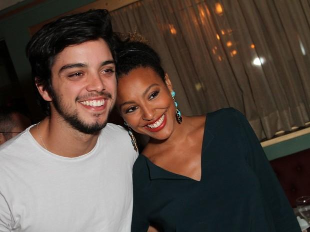 Rodrigo Simas e Sheron Menezzes em restaurante na Zona Oeste do Rio (Foto: Anderson Borde/ Ag. News)