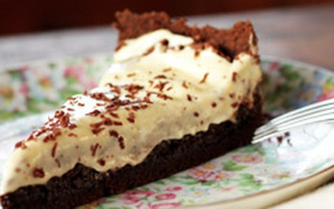 Torta de chocolate com cobertura de chantilly