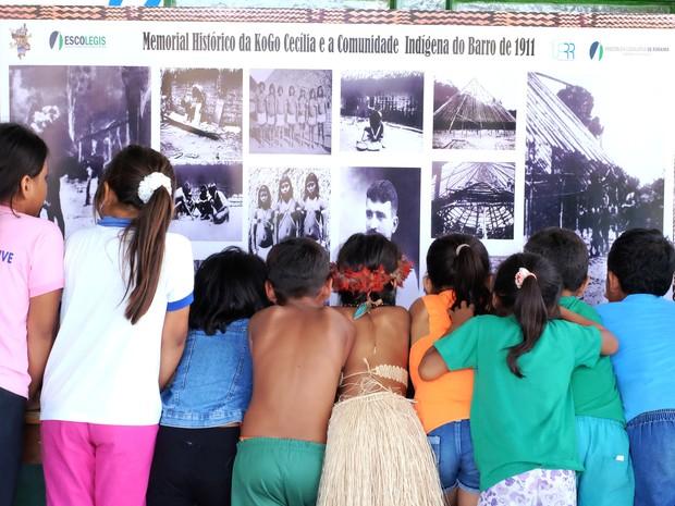 Escolas indígenas receberam mural com fotos feitas pelo alemão Theodor Koch-Grünberg em 1911 (Foto: Inaê Brandão/G1 RR)