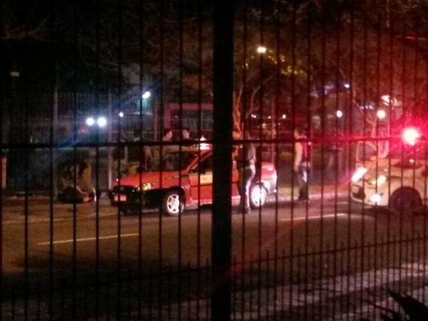 Táxi foi abordado após denúncias de que motorista era assaltado em Porto Alegre (Foto: Ellen Appel/RBS TV)