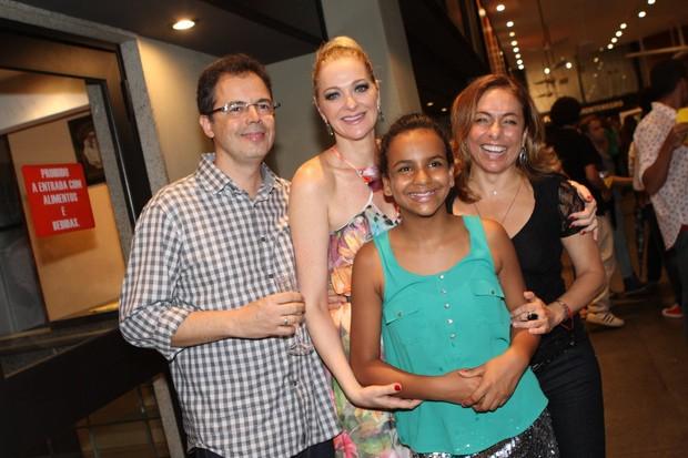 Alexandra Richter com o marido e a filha e com Cissa Guimarães em estreia de peça no Rio (Foto: Raphael Mesquita/ Foto Rio News)