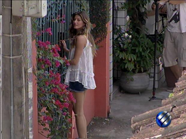 Gisele Bündchen visitou universitária em Belém para ver como paraenses se vestem (Foto: Reprodução/TV Liberal)