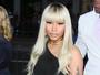 Nicki Minaj usa look ousado e deixa parte do bumbum e do seio à mostra