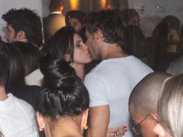 Ex-BBBs Kamilla e Eliéser se beijam em festa no Rio (Foto: Fábio Martins/ Ag. News)