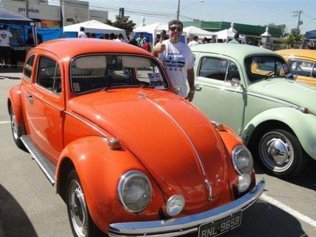 Presidente do Clube do Fusca de S.José posa ao lado do seu modelo laranja granada (Foto: Arquivo pessoal / Regis Silva)
