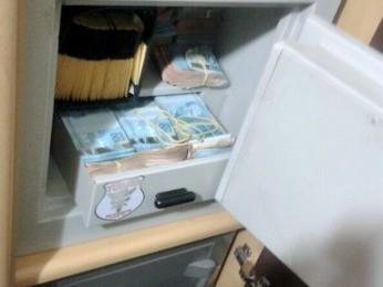 Agentes apreenderam dinheiro e documentos durante operação (Foto: Assessoria/ PF)