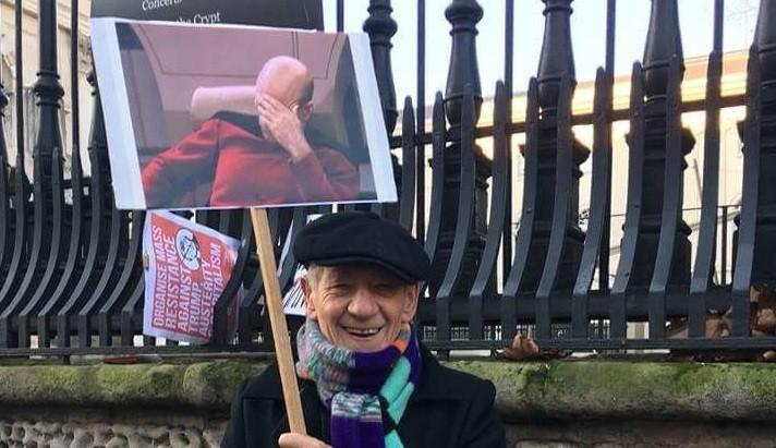 (Foto: Ian McKellen homegeando o amigo Patrick Stewart (Foto: Reprodução Twitter))