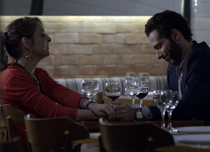 Carolina janta com o médico (Foto: TV Globo)