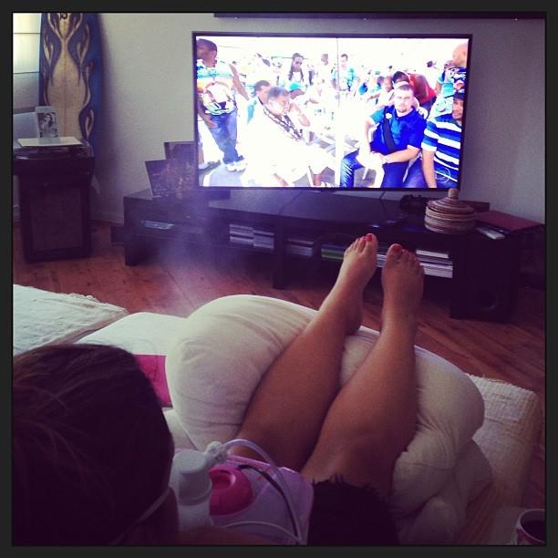 Preta Gil assiste à apuração na TV (Foto: Instagram / Reprodução)