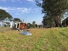 Trabalhador rural morre após Kombi em que ele estava bater em caminhão