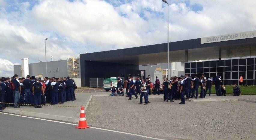 Manifestação na BMW começou por volta das 6h30 (Foto: Kleber Pizzamiglio/RBS TV)
