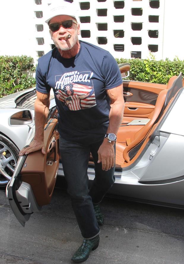 Arnold Schwarzenegger e a inexplicável bota de couro de crocodilo (Foto: AKM-GSI)