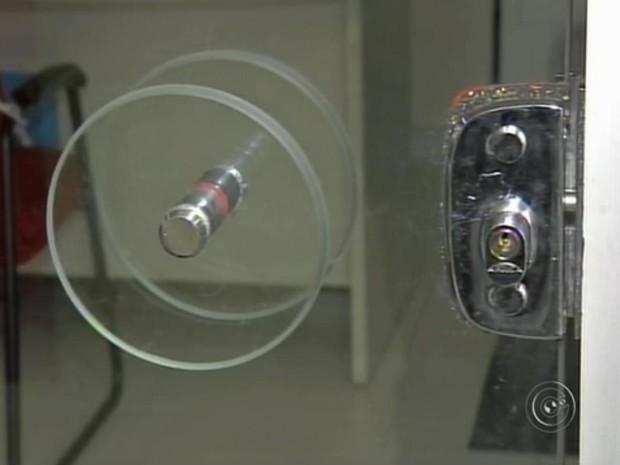 Ladrões furtam caixas e trocam segredo da fechadura de banco (Foto: Reprodução/TV TEM)