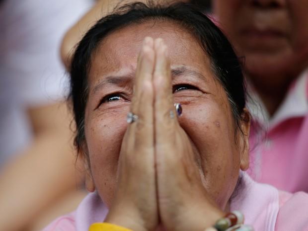 Mais de 500 fiéis budistas depositaram flores e rezaram pela saúde do rei (Foto: Sakchai Lalit/AP)