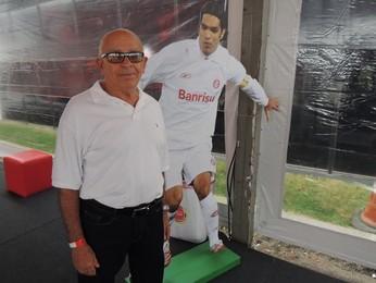 Seu Pernambuco foi convidado pela mulher de Fernandão para o evento (Foto: Tomás Hammes/GloboEsporte.com)