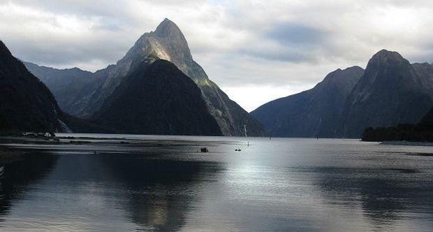 O Parque Nacional de Fiordland é um dos destinos mais espetaculares da Nova Zelândia. Estima-se que foi esculpida por geleiras há mais de 100.000 anos. No local, há uma mistura de cachoeiras, florestas e montanhas (Foto: BBC)