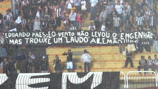 protesto torcida Botafogo faixa Engenhão (Foto: Thales Soares)