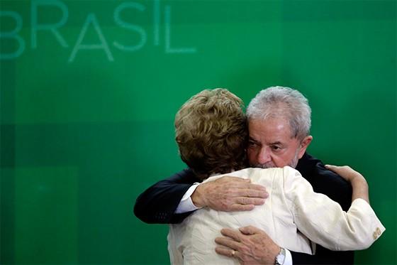 Dilma e Lula se abraçam durante a posso como novo Ministro da Casa Civil  (Foto: EFE/FERNANDO BIZERRA JR)