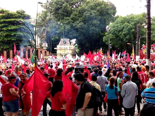 Manifestantes se concentram em frente ao Theatro da Paz, em Belém (Foto: Alexandre Yuri/G1)