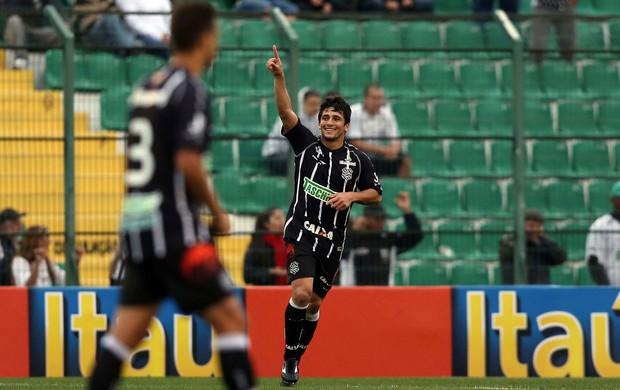 Aloisio gol Figueirense x Coritiba (Foto: Cristiano Andujar / Futura Press)