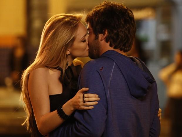Megan tasca um beijão em Davi (Foto: Fábio Rocha/Gshow)