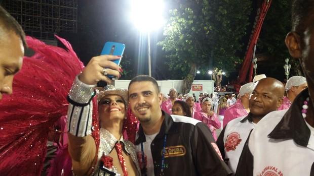 Viviane Araújo fazendo selfies (Foto: EGO)