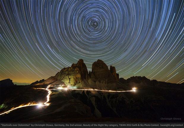 'Pegadas de estrela sobre Dolomites', do alemão Christoph Otawa, ficou com o 2º lugar na categoria 'Beleza do céu noturno' (Foto: Reprodução)
