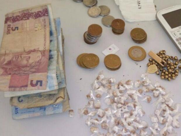 Drogas, dinheiro e um celular foram apreendidos com o palhaço (Foto: Divulgação/PM )