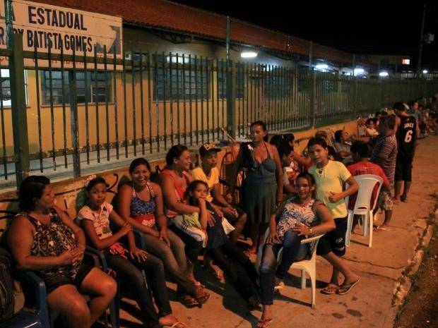 Pais já aguardavam abertura dos portões nesta terça (7) (Foto: Marcos Dantas/G1 AM)