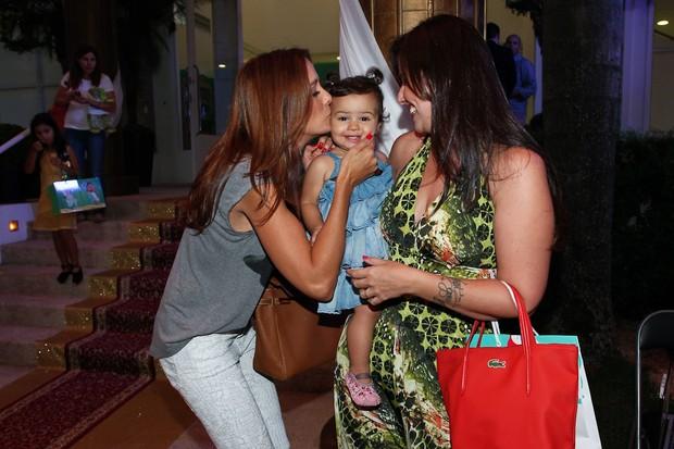 Ticiane Pinheiro encontra Mariana Belém com a filha Laura (Foto: Manuela Scarpa/Foto Rio News)
