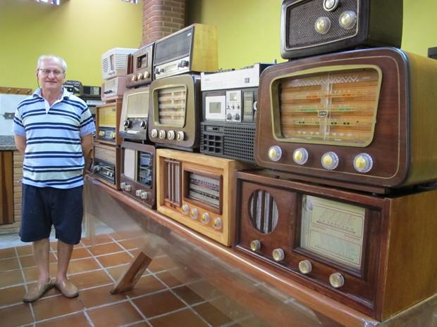 João de Pontes e parte de seus rádios (Foto: Mariane Rossi/G1)